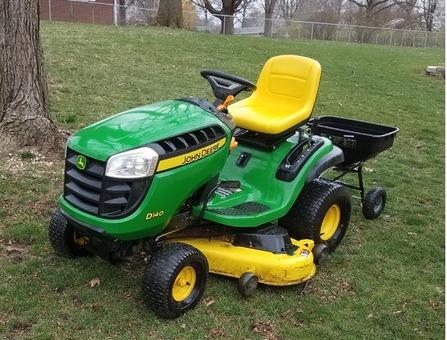 Jon Deere D-140 Lawn Tractor